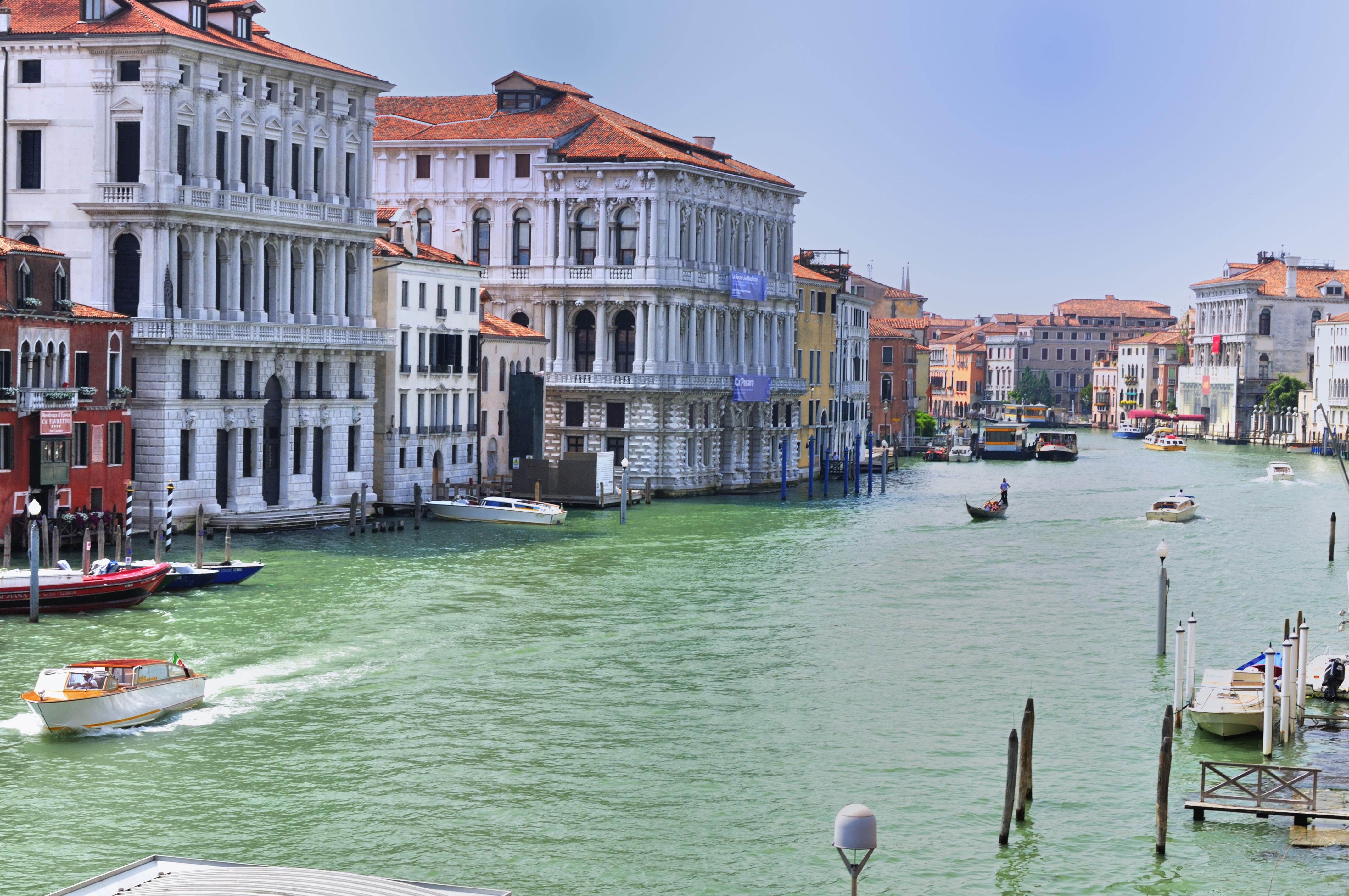 Hotel_Ca_Sagredo_-_Grand_Canal_-_Rialto_-_Venice_Italy_Venezia_-_Creative_Commons_by_gnuckx_4776651712.jpg